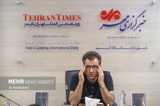 منصور فروزش کارگردان فیلم مستند زمزمه های گمشده در دور دست در حال پاسخ به سوال خبرنگاران پیرامون فیلم خود است