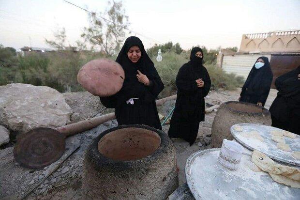 نان هایی که به عشق امام حسین(ع) برای زائران اربعین پخته میشود