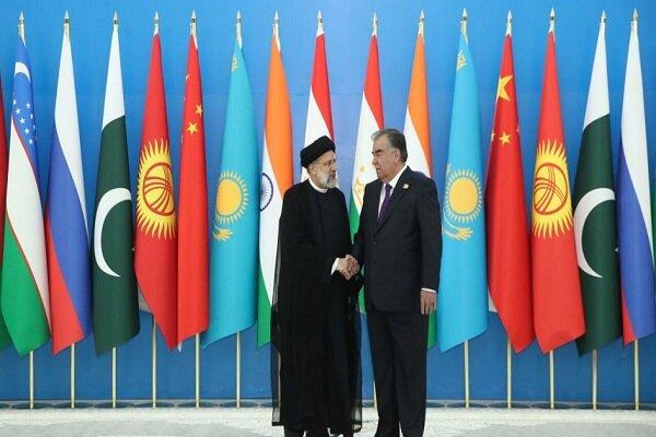 الرئيس الطاجيكي يستقبل نظيره الإيراني بترحيب رسمي في القصر الرئاسي