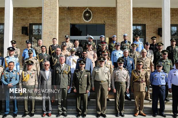در پایان مراسم افتتاحیه امیر سرتیپ محمدرضا آشتیانی وزیر دفاع و پشتیبانی نیروهای مسلح و  نماینده سازمان ملل متحد و وابستگان نظامی از کشورهای مختلف در دانشگاه فرماندهی و ستاد (دافوس) ارتش عکس یادگاری گرفتند.