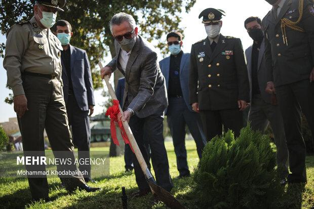 درخت صلح توسط نماینده سازمان ملل در آیین افتتاح سومین نمایشگاه بین المللی صلح و دفاع ارتش جمهوری اسلامی ایران کاشته شد.