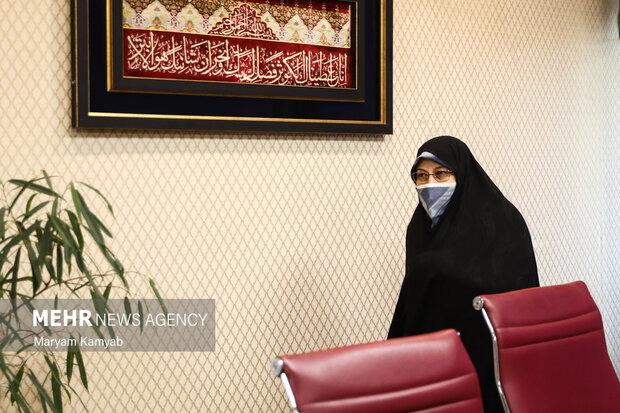 انسیه خزعلی معاون امور زنان و خانواده ریاست جمهوری در پایان نشست با فعالان اصولگرا در در حال خروج از سالن است.