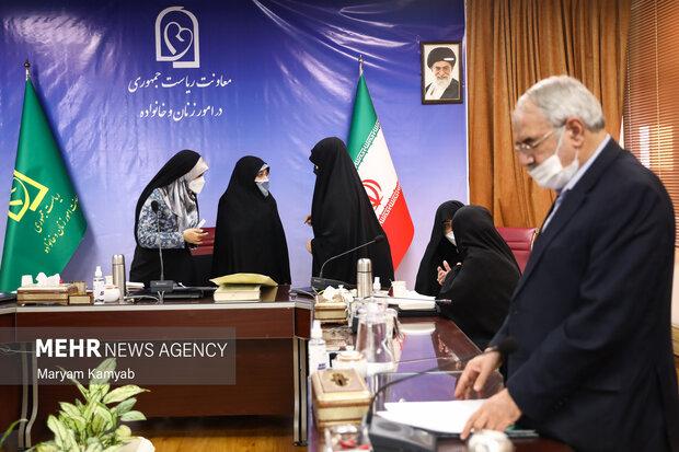انسیه خزعلی معاون امور زنان و خانواده ریاست جمهوری در حال گفتگو با فعالان حوزه زنان است.