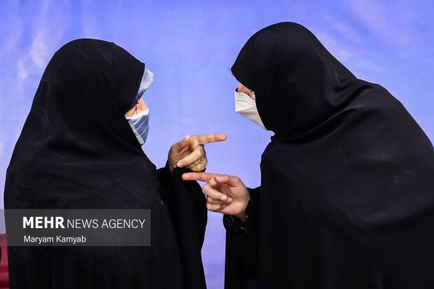 انسیه خزعلی معاون امور زنان و خانواده ریاست جمهوری در حال گفتگو با یکی از فعالان حوزه زنان است.