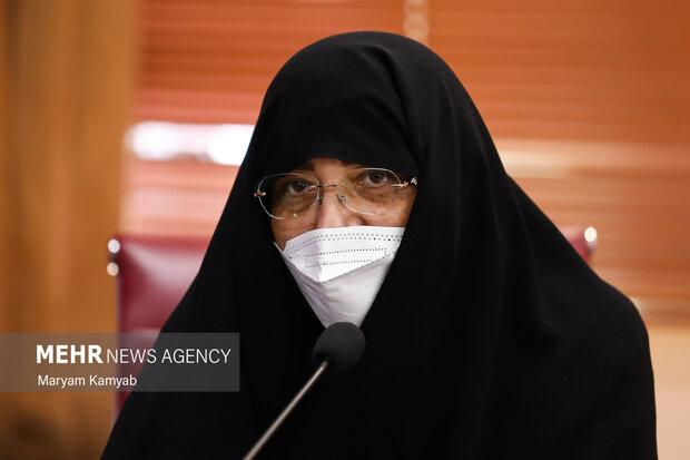 یکی از فعالان امور زنان به ارائه نظرات و پیشنهادات در نشست با انسیه خزعلی معاون امور زنان و خانواده ریاست جمهوری پرداخت.