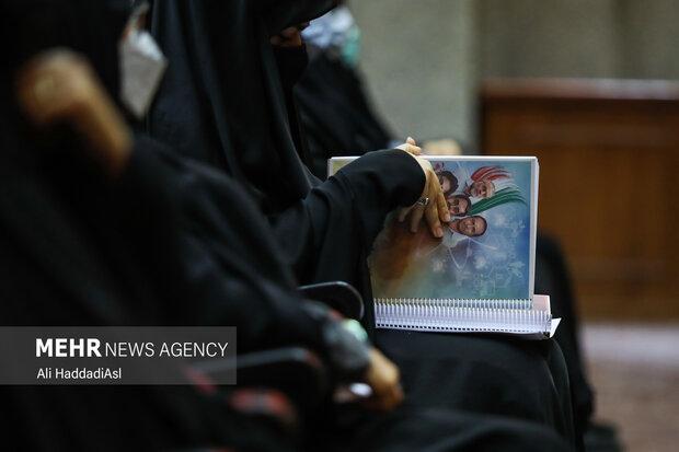 خانم افضلی وکیل خانواده شهدای هسته ای در حال خوانش دادخواست است