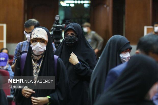 همسر و دختر شهید رضایی نژاد در حال آمدن به جلسه دادگاه رسیدگی به پرونده ترور دانشمندان هسته ای