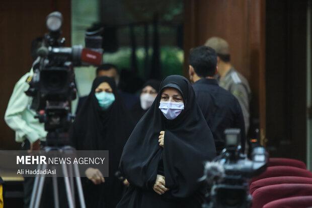 خانم قاسمس همسر شهید مجید شهریاری در حال آمدن به صحن دادگاه  رسیدگی به پرونده ترور دانشمندان هسته ای است