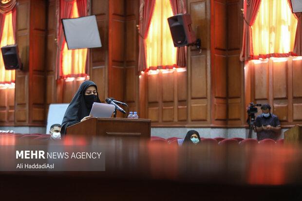 خانم افضلی وکیل خانواده شهدای هسته ای در حال خواندن دادخواست است