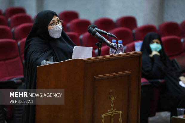 همسر شهید علیمحمدی در حال خوانش متن خود در دادگاه رسیدگی به پرونده ترور شهدای هسته ای است