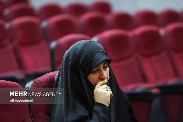 خانم افضلی وکیل خانواده شهدای ترور هسته ای در این دادگاه به خوانش دادخواست 400 صفحه ای رسیدگی به پرونده ترور دانشمندان هسته ای شد
