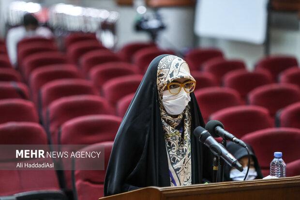 دختر شهید رضایی نژاد در حال خواند متن خود در دادگاه جلسه دادگاه رسیدگی به پرونده ترور دانشمندان هسته ای است