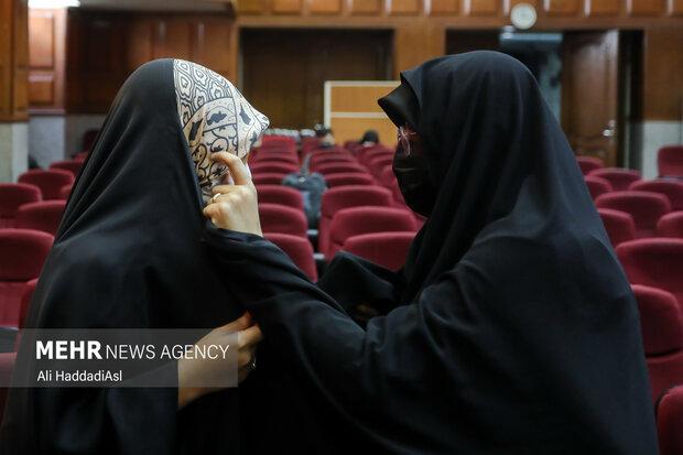 همسر و دختر شهید رضایی نژاد در جلسه دادگاه رسیدگی به پرونده ترور دانشمندان هسته ای در حال صحبت با یکدیگر هستند