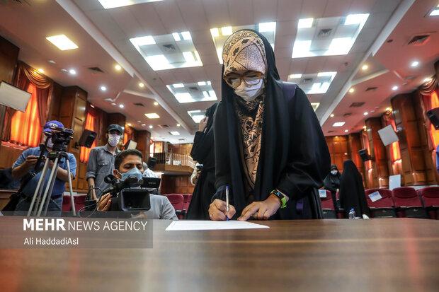 دختر شهید رضایی نژاد در حال امضای صورتجلسه دادگاه رسیدگی به پرونده ترور دانشمندان هسته ای است