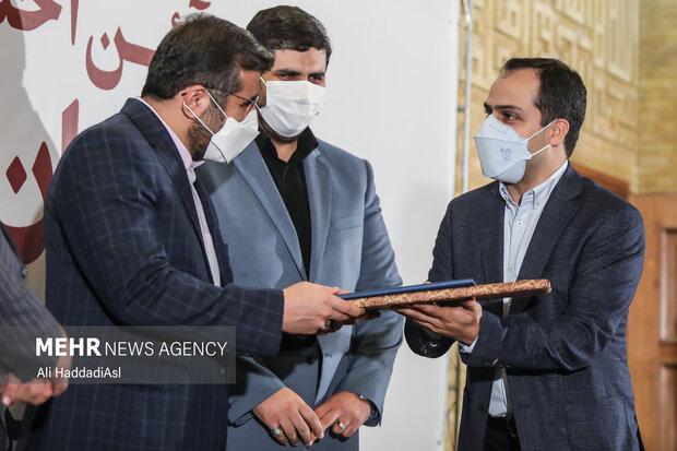 محمد مهدی اسماعیلی وزیر فرهنگ و ارشاد اسلامی در حال تقدیر از برگزیدگان طرح نشان ایرانی است