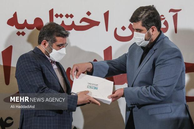 قندهاری در حال اهدای گزارش نامه طرح نشان ایرانی به اسماعیلی وزیر فرهنگ و ارشاد اسلامی است