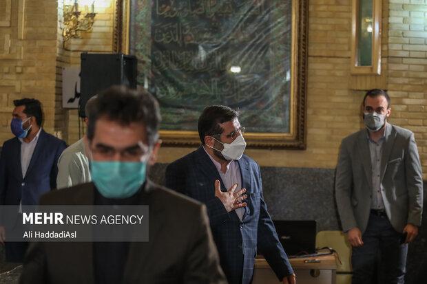 محمد مهدی اسماعیلی وزیر فرهنگ و ارشاد اسلامی در پایان آئین اختتامیه طرح نشان ایرانی در حال خروج از سالن است