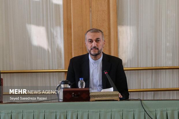 امیر عبداللهیان وزیر امور خارجه ایران در مراسم  معارفه معاونان جدید  وزارت امور خارجه در سالن وزارت امور خارجه سخنرانی میکند