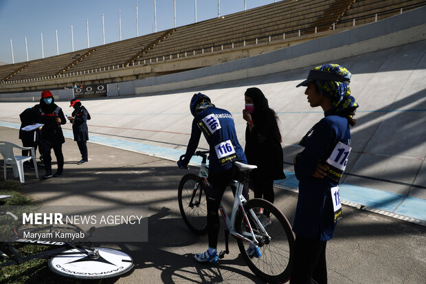 شرکت کنندگان در حال آماده شدن برای مسابقات دوچرخهسواری قهرمانی کشور  هستند