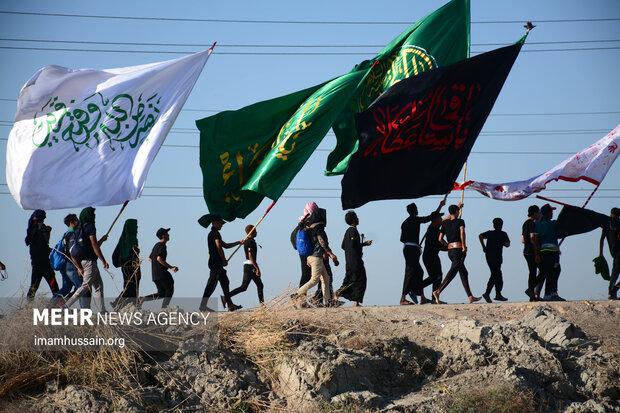 Irak'ta Kerbela'ya doğru yürüyen Erbain zairleri
