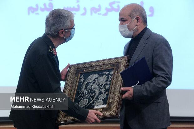 سرلشگر محمد حسین باقری رئیس ستاد کل نیروهای مسلح  در حال هدیه به احمد وحیدی وزیر کشور  و رئیس سابق دانشگاه عالی دفاع ملی است