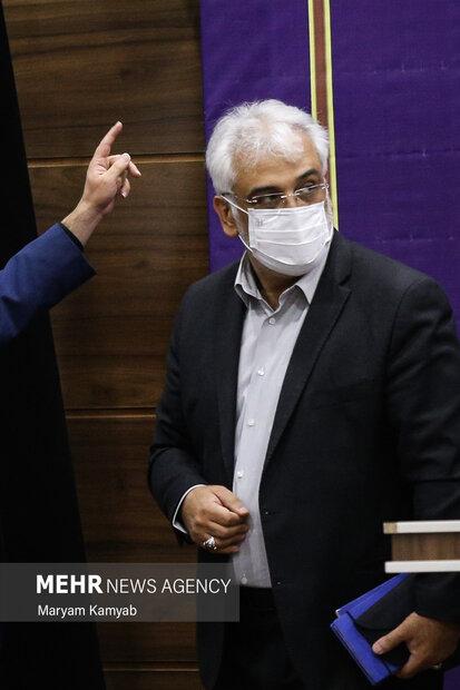 محمدمهدی تهرانچی رئیس دانشگاه آزاد اسلامی در حال خروج از مراسم آغاز سال تحصیلی جدید  دانشگاه آزاد اسلامی است