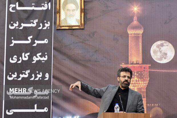 یکی از عاشقان حسینی در افتتاح بزرگترین موکب احسان حسینی علیه السلام به نیابت از شهدای واقعه کربلا سخنرانی میکند