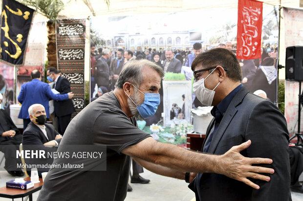 مهران رجبی در حال گفت و گو با یکی از خیرین در افتتاح بزرگترین موکب احسان حسینی علیه السلام به نیابت از شهدای واقعه کربلا است