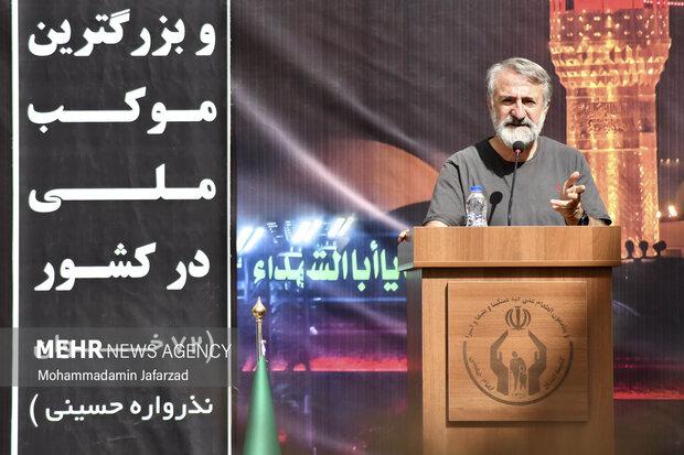 مهران رجبی در حال سخنرانی در مراسم  افتتاح بزرگترین موکب احسان حسینی علیه السلام به نیابت از شهدای واقعه کربلا است