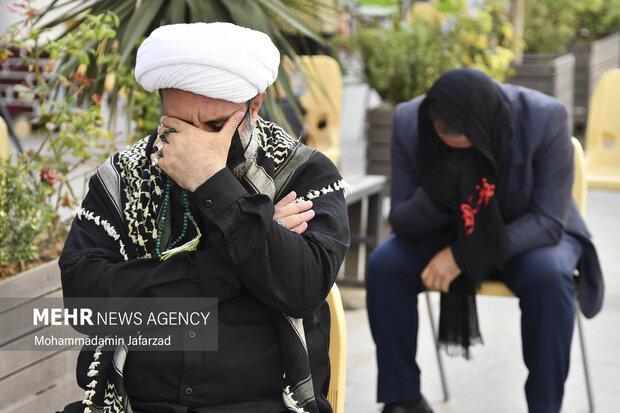 یکی از عاشقان اهل بیت(ع) در حال عزاداری در مراسم افتتاح بزرگترین موکب احسان حسینی علیه السلام به نیابت از شهدای واقعه کربلا است