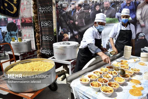 خادمان حسینی در حال آماده سازی غذاهای نذری در افتتاح بزرگترین موکب احسان حسینی علیه السلام به نیابت از شهدای واقعه کربلا هستند