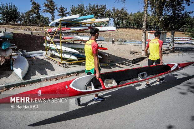 قایقران ها برای آماده سازی قایق خود را به محل تعمیر می برند