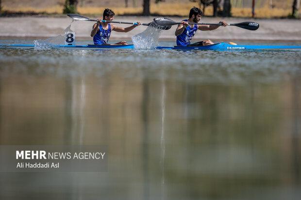 دو قایقران در حال انجام مسابقه در بخش هزار متر آبهای آرام هستند