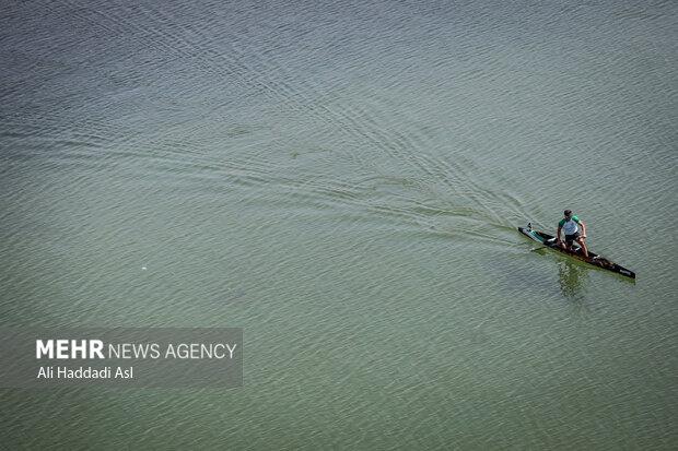 قایقرانی در حال تمرین برای مسابقات قهرمانی کشور آبهای آرام مردان است