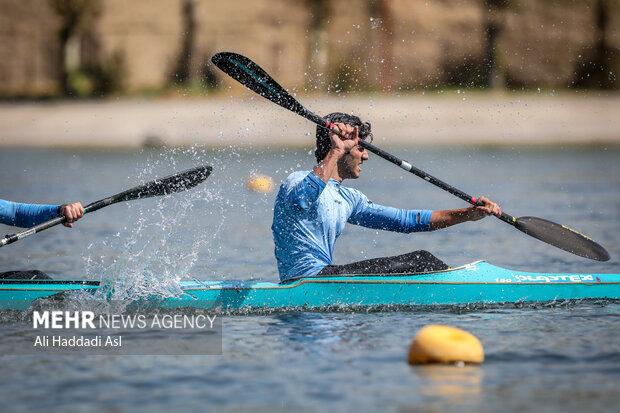 شرکت کننده ای در حال مسابقه در بخش هزار مر آب های آرام است