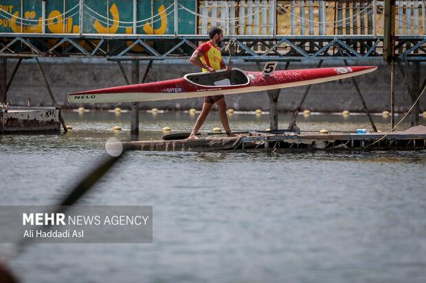 شرکت کننده ای بعد از اتمام مسابقه قایق خود را به جایگاه می برد