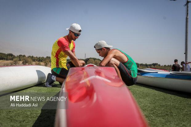 دو شرکت کننده در حال آماده سازی قایق خود برای مسابقه هستند