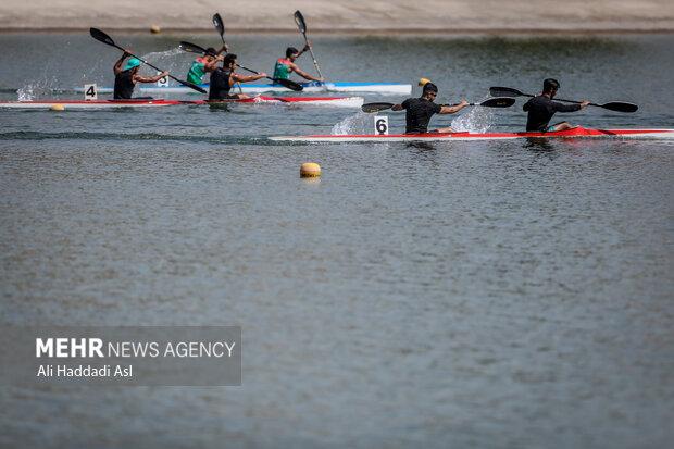 شرکت کنندگان بخش 500 متر آبهای آرام در حال مسابقه هستند