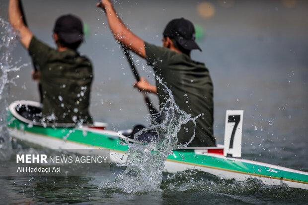 دو شرکت کننده در حال انجام مسابقه در بخش 500 متر  قهرمانی کشور آبهای آرام مردان هستند