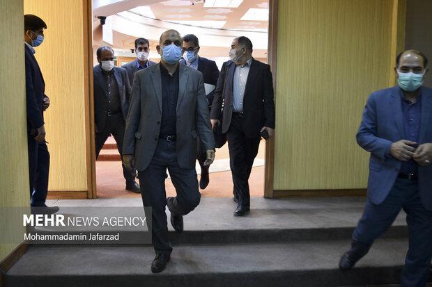 احمد وحیدی وزیر کشور در حال خروج از جلسه قرارگاه ستاد ملی مبارزه با کرونا است