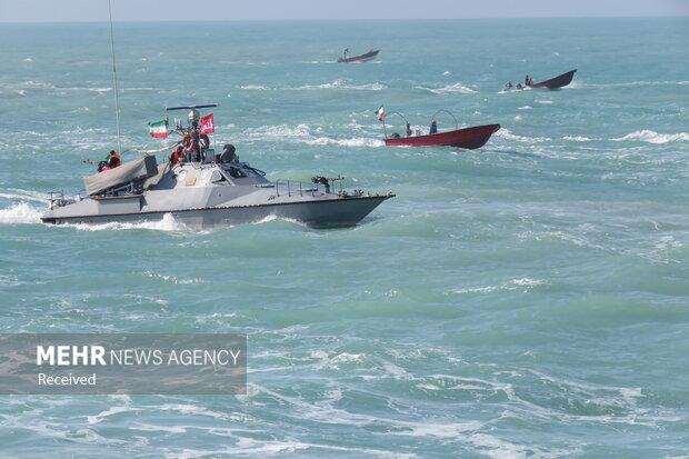 Fars Körfezi'nde askeri geçit töreni