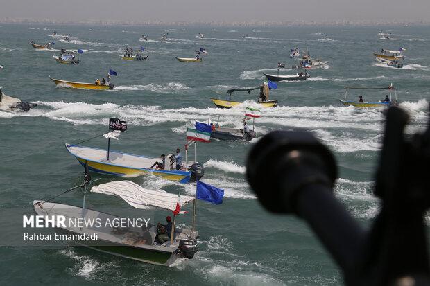احتفالا باسبوع الدفاع المقدس موكب للزوارق الايرانية في مياه الخليج الفارسي / صور
