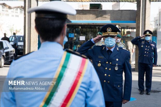 امیر سرلشگر عبدالرحیم موسوی فرمانده کل ارتش در حال انجام تشریفات نظامی در ابتدای مراسم تکریم فرمانده سابق و معارفه فرمانده جدید نیروی هوایی ارتش است
