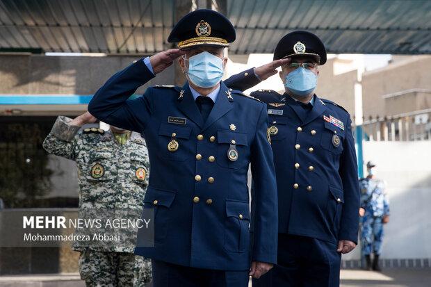 امیر سرتیپ خلبان حمید واحدی فرمانده جدید نیروی هوایی ارتش و امیر سرلشگر عبدالرحیم موسوی فرمانده کل ارتش در حال انجام تشریفات نظامی در ابتدای مراسم تکریم فرمانده سابق و معارفه فرمانده جدید نیروی هوایی ارتش هستند