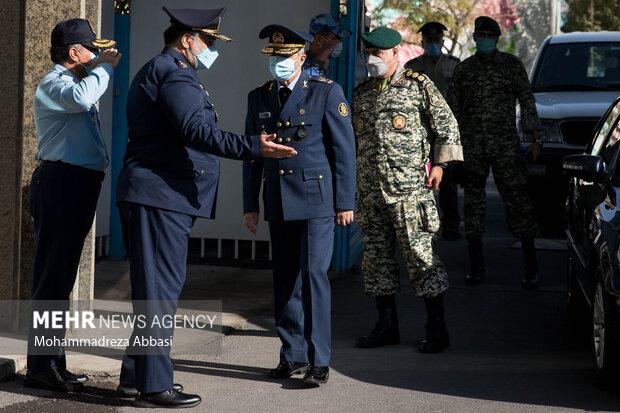 امیر سرتیپ خلبان حمید واحدی فرمانده جدید نیروی هوایی ارتش از امیر سرلشگر عبدالرحیم موسوی فرمانده کل ارتش استقبال میکند