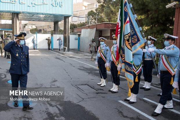 امیر سرلشگر عبدالرحیم موسوی فرمانده کل ارتش در حال ادای احترام به پرچم در تشریفات نظامی ابتدای مراسم تکریم فرمانده سابق و معارفه فرمانده جدید نیروی هوایی ارتش است