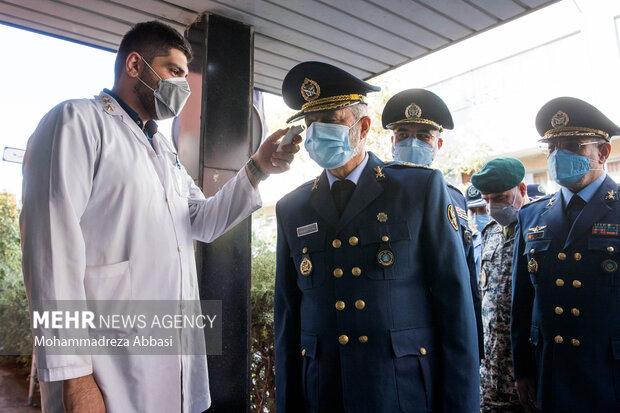 در هنگام ورود  امیر سرلشگر عبدالرحیم موسوی فرمانده کل ارتش به مراسم تکریم فرمانده سابق و معارفه فرمانده جدید نیروی هوایی ارتش دمای بدن او توسط یکی از پزشکان ارتش سنجیده می شود