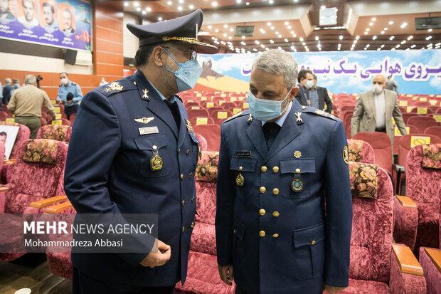 امیر سرتیپ خلبان حمید واحدی فرمانده جدید نیروی هوایی ارتش در حال گفتگو با  امیر سرلشگر عبدالرحیم موسوی فرمانده کل ارتش در انتهای مراسم تکریم فرمانده سابق و معارفه فرمانده جدید نیروی هوایی ارتش است