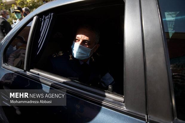 امیر سرلشگر عبدالرحیم موسوی فرمانده کل ارتش در حال ترک مراسم تکریم فرمانده سابق و معارفه فرمانده جدید نیروی هوایی ارتش است