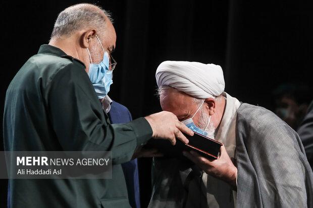 سردار سلامی از آیت الله محمدی عراقی در تقدیر  سومین همایش یادها و نامها  می کند